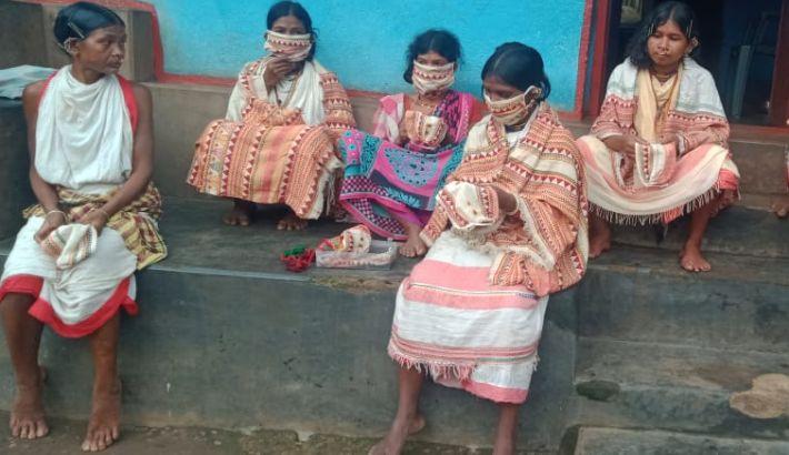 Adivasi-Frauen in Odisha mit Corona-Schutzmasken