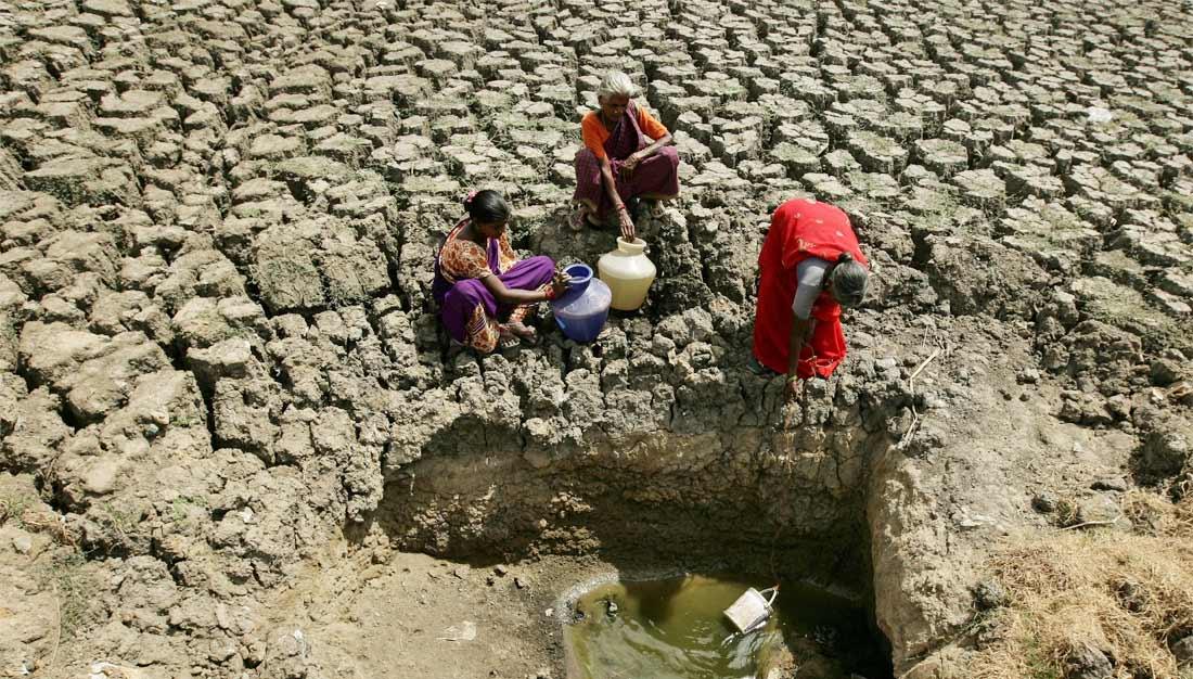 Frauen in Indien an fast trockener Wasserstelle