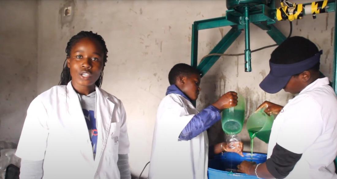 Junge Frauen bei WAP in Simbabwe stellen Seife her