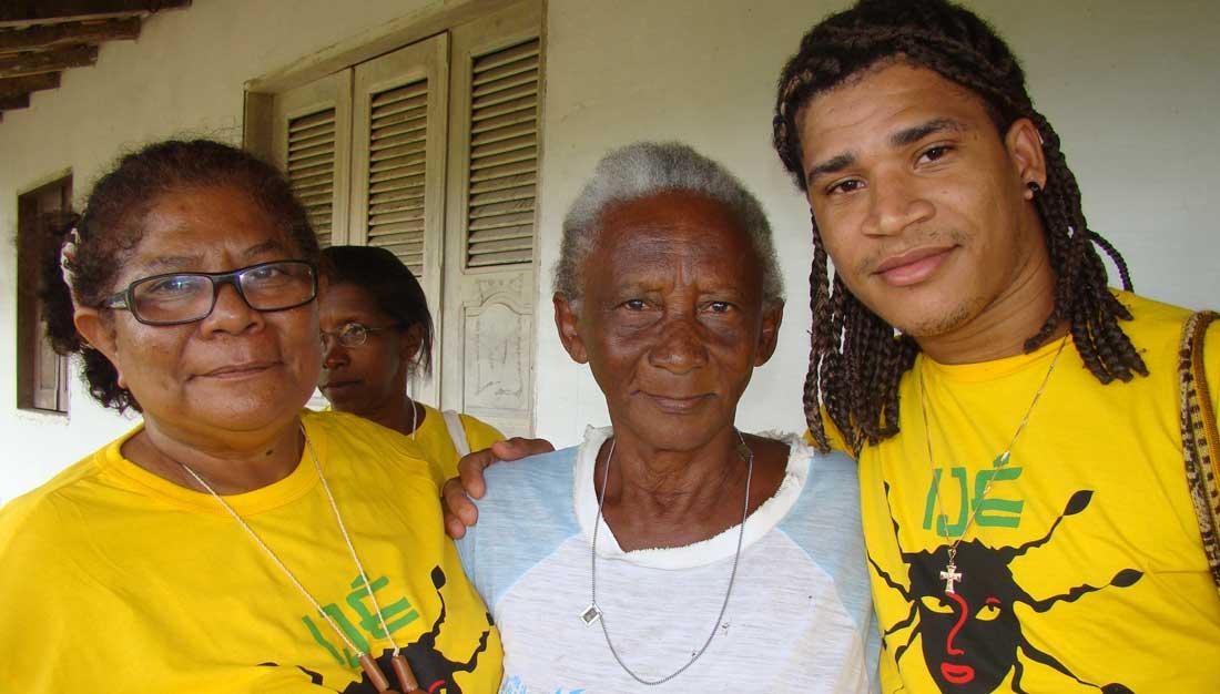 Junge und alte Quilombolas in Brasilien