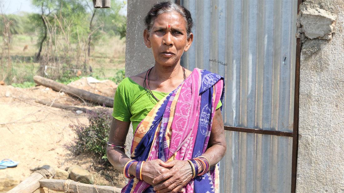 Adivasi-Frau bei einem ASW-Partner in Odisha