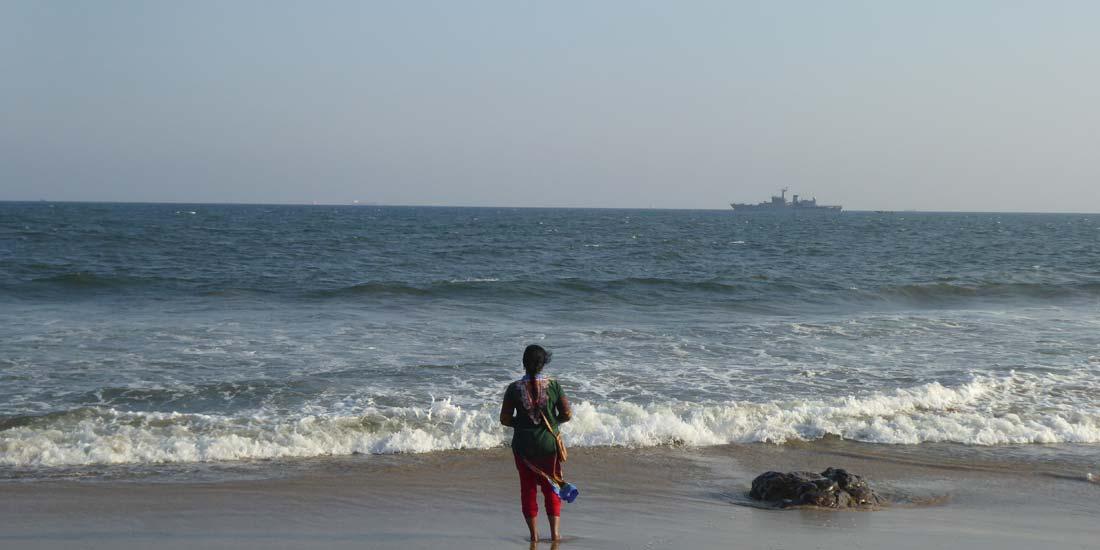Inderin an der Küste Odishas im Osten Indiens