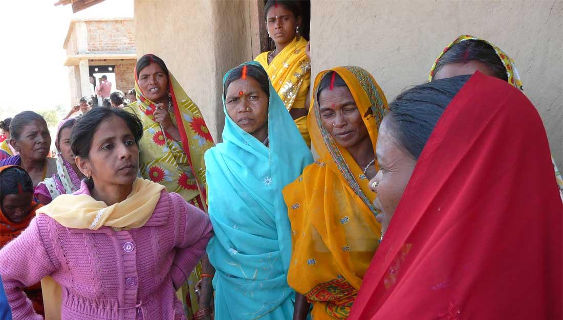 Partner-NGO bei Besuch einer Dorfgemeinschaft in Indiens Bundesstaat Jharkhand